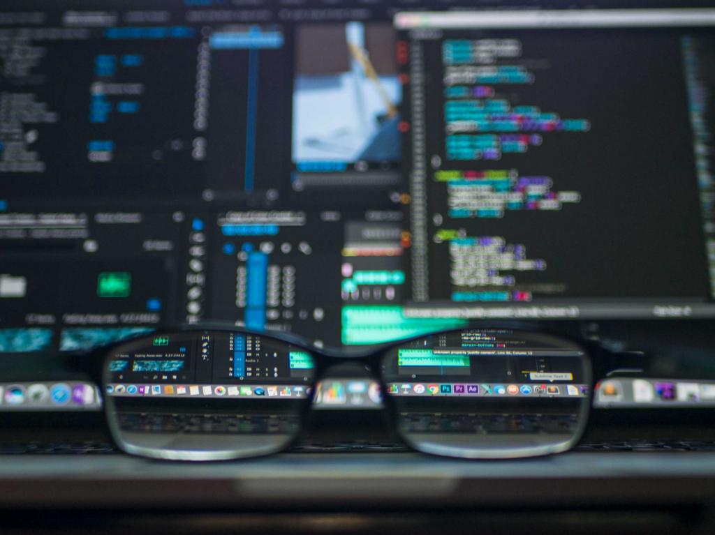 تصویری از یک لپ تاپ و عینک در آموزش برنامه نویسی